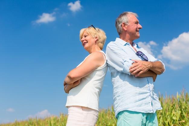 Starsza para cieszy się słonecznego dzień