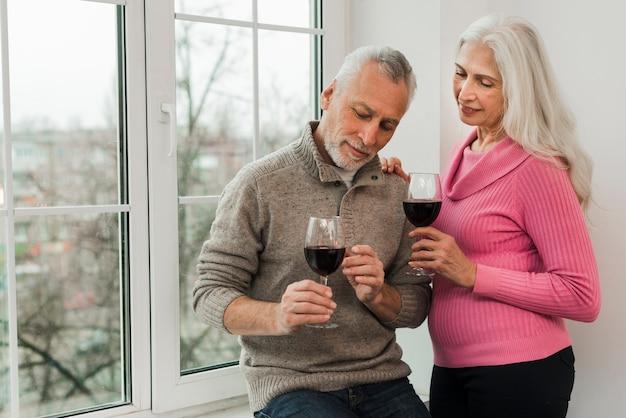 Starsza para cieszy się szkło wino