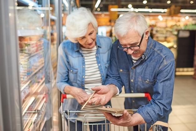Starsza para czytanie listy zakupów