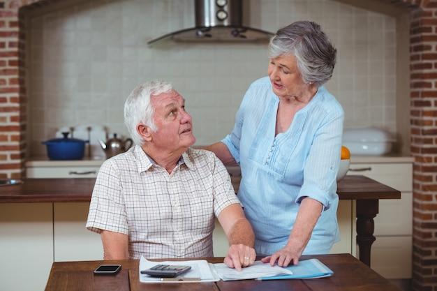 Starsza para dyskutuje z rachunkami