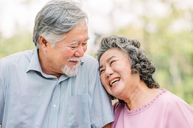 Starsza para ma dobrą zabawę śmiać się wpólnie