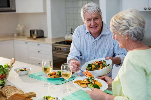 Starsza para ma posiłek wpólnie