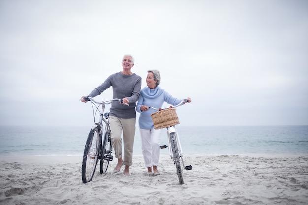 Starsza para ma przejażdżkę z ich rowerem