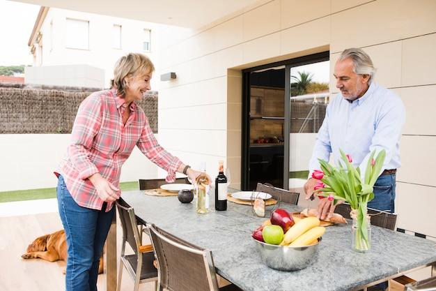 Starsza para ma śniadanie w ogródzie