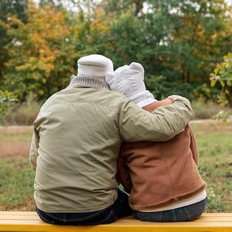 Starsza para na ławki przytuleniu
