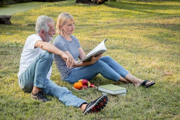 Starsza para na trawie w parku
