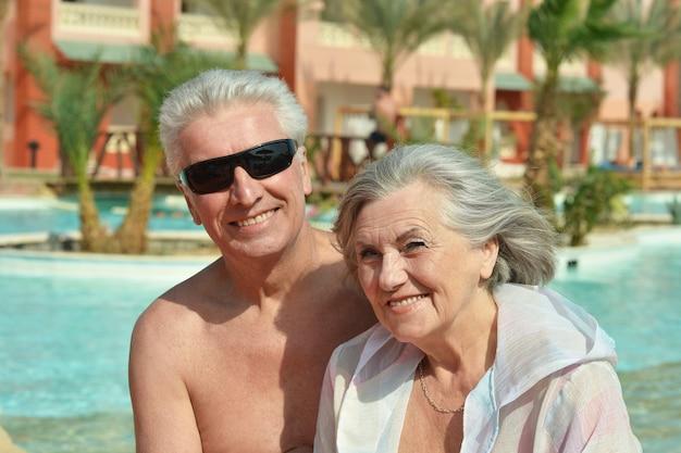 Starsza para nad basenem w ośrodku hotelowym?