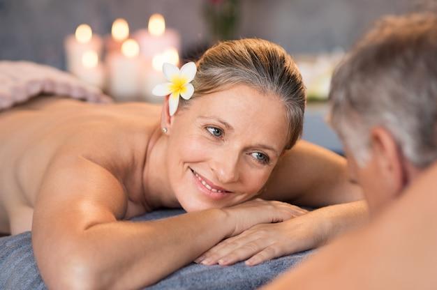 Starsza para o masaż w spa
