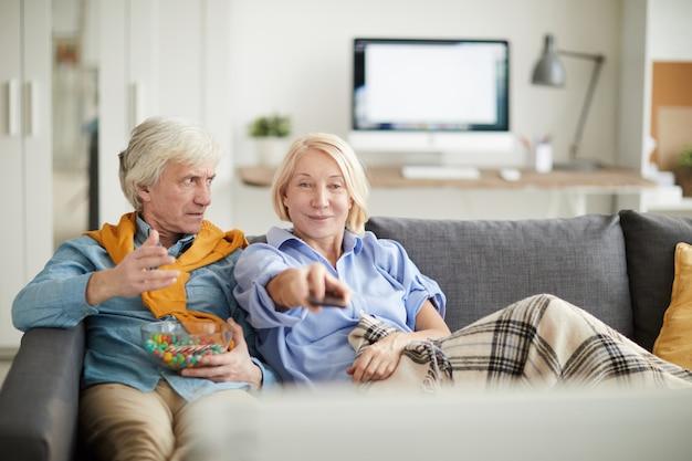 Starsza para ogląda tv