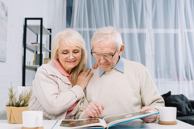 Starsza para patrzeje album fotograficznego