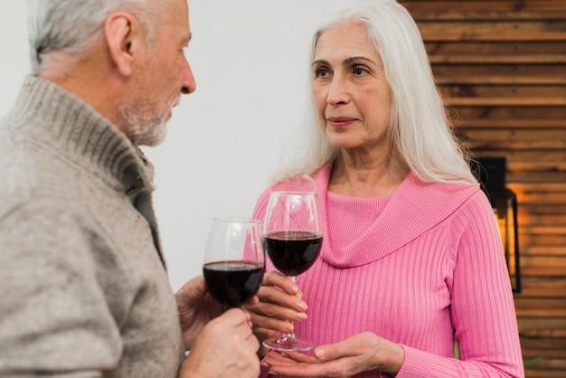 Starsza para pije wino