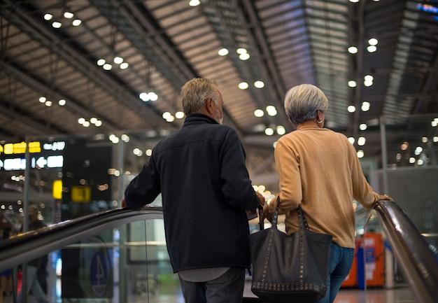 Starsza para podróżuje po mieście
