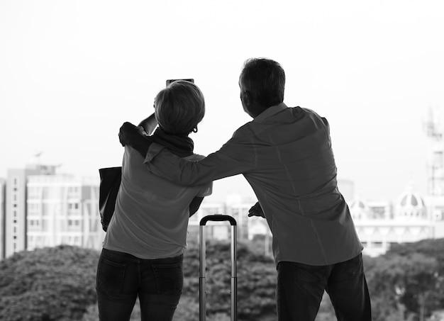 Starsza para podróżuje robić obrazkom