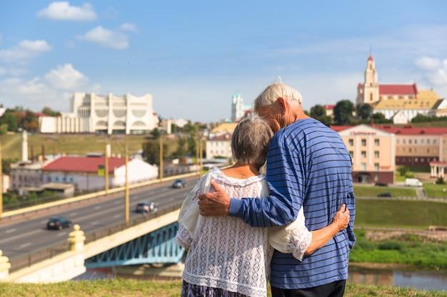 Starsza para podziwia dolinę rzeki od wzgórza