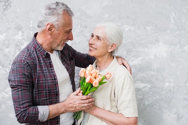Starsza para pozuje dla fotografii