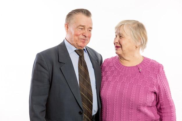 Starsza para przytula i uśmiecha się
