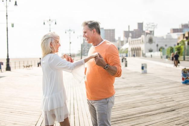 Starsza para randki na świeżym powietrzu