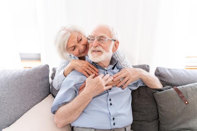Starsza para razem w domu, szczęśliwe chwile - osoby starsze dbające o siebie, zakochani dziadkowie - koncepcje dotyczące stylu życia i związku osób starszych