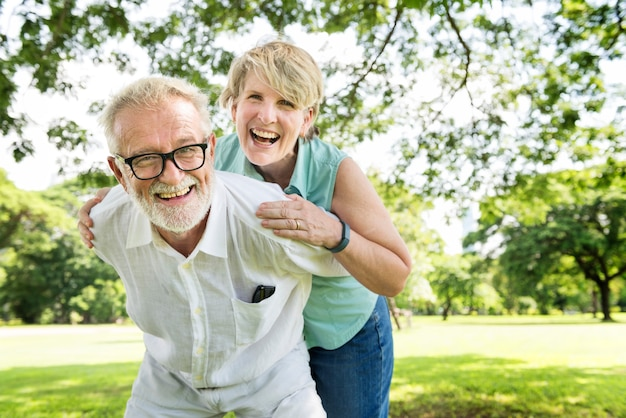 Starsza para relaksuje stylu życia wpólnie pojęcie