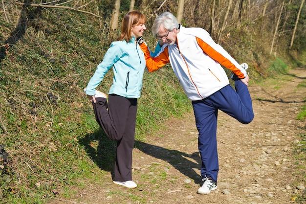 Starsza para robi ich bieganiom ćwiczy.