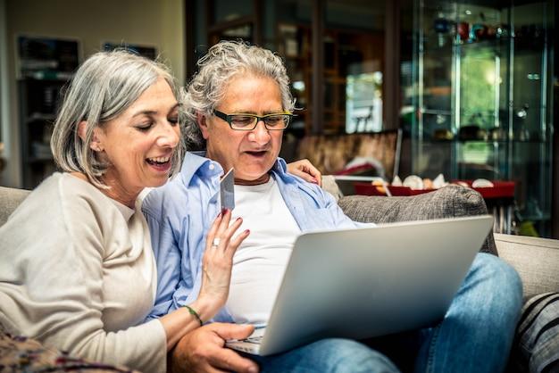 Starsza para robi zakupy online