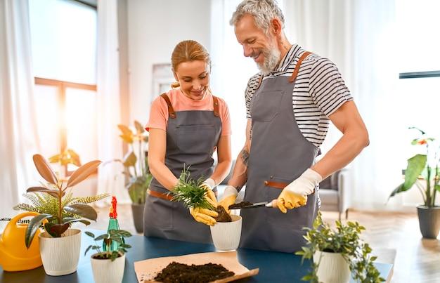 Starsza para spędza razem czas na wakacjach i pracach ogrodniczych w domu.