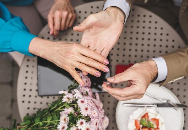 Starsza para świętuje oświadczyny małżeńskie