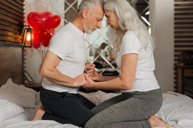 Starsza para świętuje valentines dat w domu