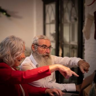 Starsza para świętuje xmas wpólnie