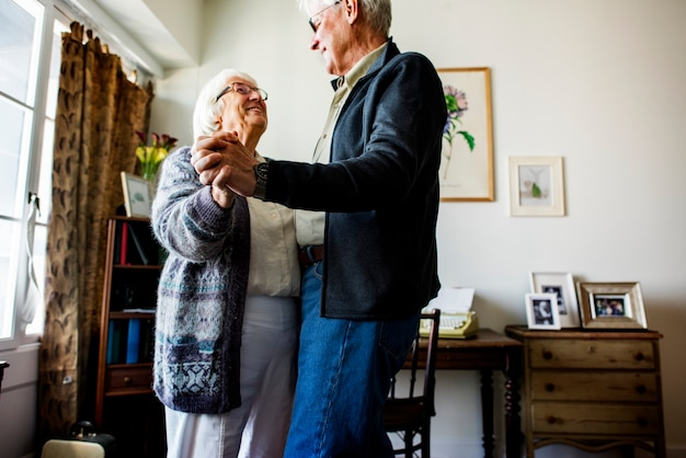 Starsza para tańczy razem