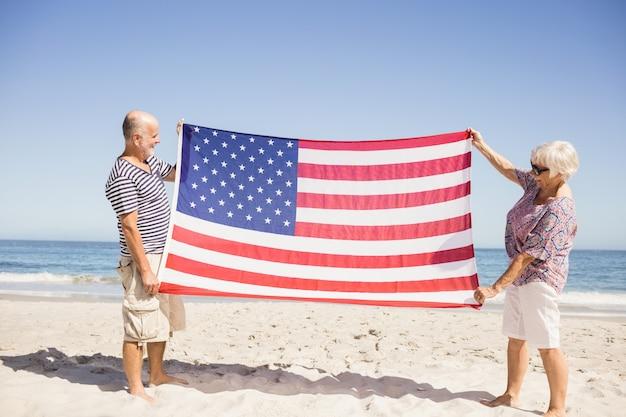 Starsza para trzyma flaga amerykańską wpólnie