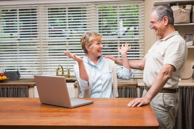 Starsza para używa laptop wpólnie