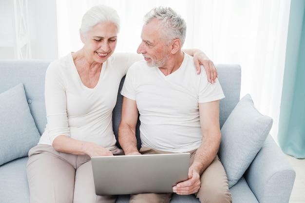Starsza para używa laptop