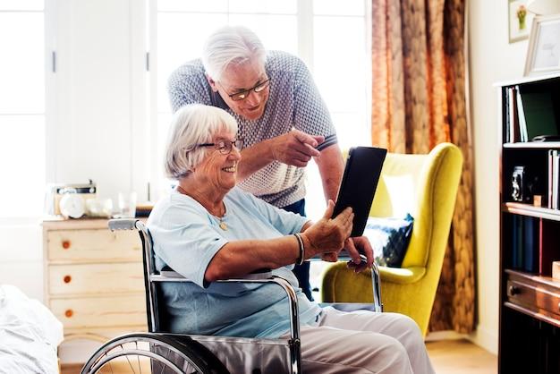 Starsza para używa pastylkę