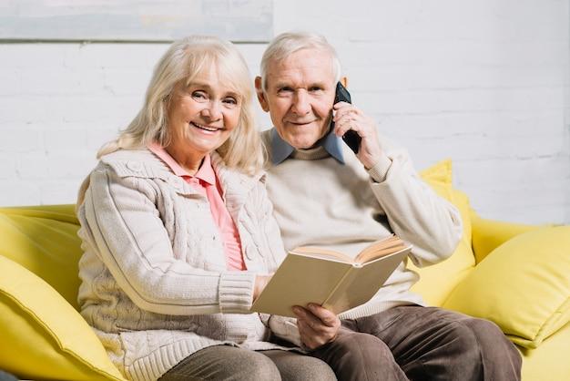 Starsza para używa smartphone