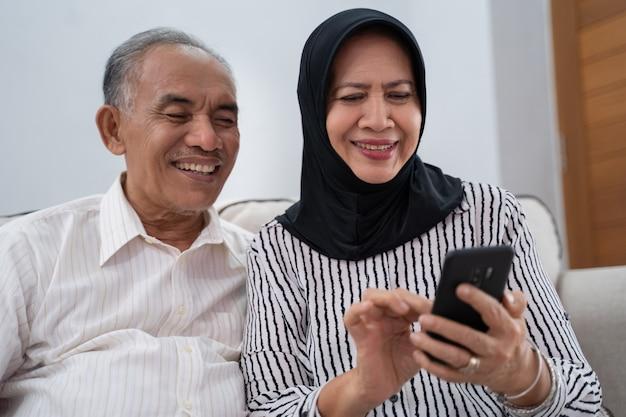 Starsza para używa telefon komórkowego
