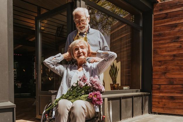 Starsza para w domu partner wraca ze szpitala