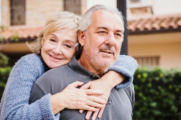 Starsza para w miłości w ogródzie