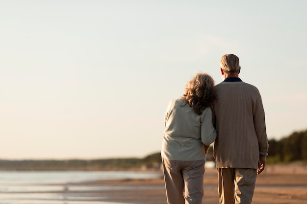 Starsza para w średnim ujęciu nad morzem