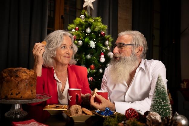 Starsza para wpólnie na boże narodzenia