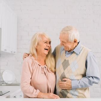Starsza para wpólnie w kuchni