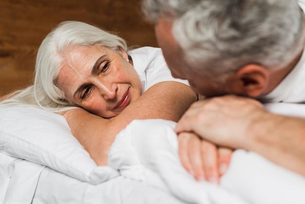 Starsza para wydaje walentynka dzień w domu