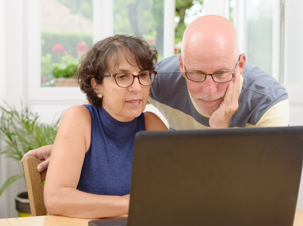 Starsza para z laptopem