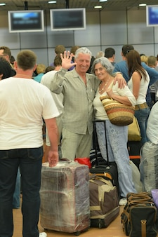 Starsza para z torbami na lotnisku