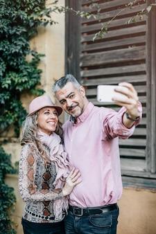 Starsza para zakochanych robi autoportret