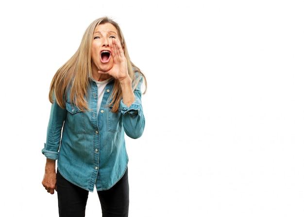 Starsza Piękna Kobieta Krzyczy Głośno Jak Szalona, dzwoni Z Ręką Z Gniewnym Wyrażeniem, Communi Premium Zdjęcia