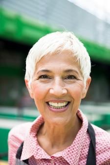 Starsza, przystojna kobieta