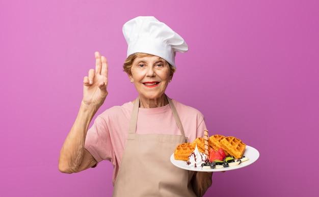 Starsza stara ładna kobieta piekarz