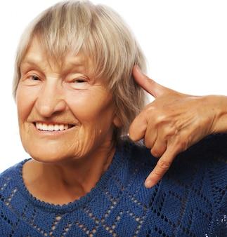 Starsza szczęśliwa kobieta robi wezwaniu ja gestowi