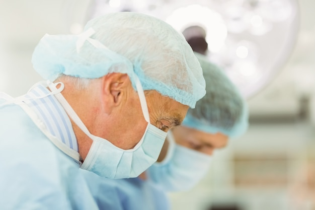Starsze chirurg nauczania nowego chirurga, jak działać